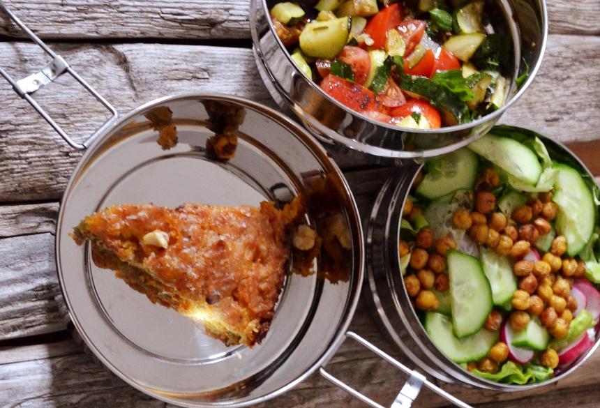 Bunter Salat mit gebackenen Kichererbsen und Ofen-Zuchini. Als Nachtisch ein saftiger Apfel-Rübli-Kuchen