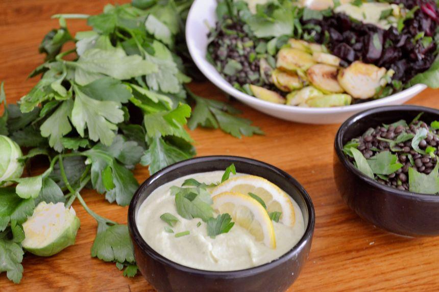 veganer cremiger dip pastinaken und linsensalat