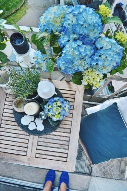 kleiner-balkon-ideen-blau-grau